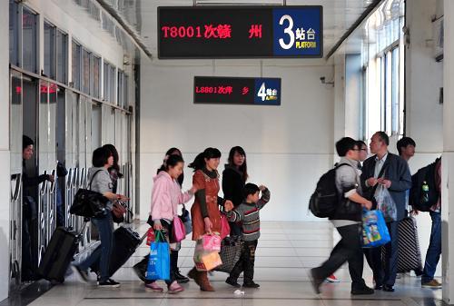 4月1日,在江西南昌火车站,旅客准备登乘南昌至赣州城际列车