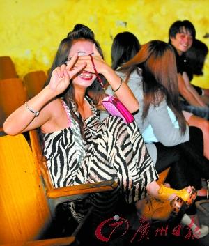 黄色电影影院_社会图文     本报报道电影院涉嫌不雅表演后,相关负责人坚称影院没有