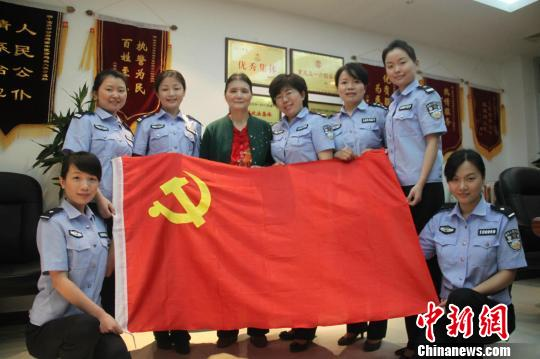 小说中,江姐和革命志士们在重庆歌乐山下的渣滓洞牢房中绣红旗.