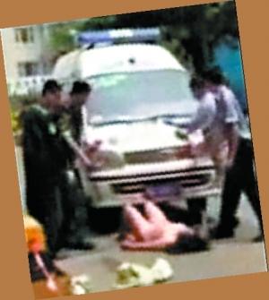 女教师撞人后脱衣撒泼阻拦救护车女童惨丧命