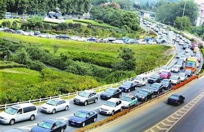 南京进城车辆中山门挤成一团 道路变成停车场