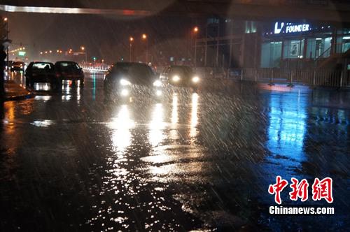 中国北方多地遭寒潮雨雪袭击北京河北红色预警