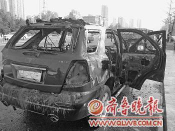 这辆被作为婚车头车的冒牌奔驰已经被烧得只剩下铁架子。本报记者