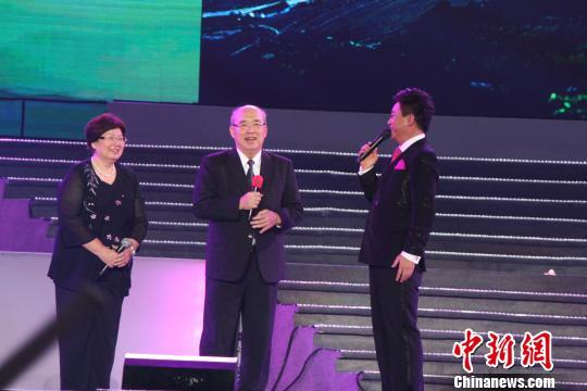 吴伯雄出席梅州客家文化艺术节以山歌会客家同胞