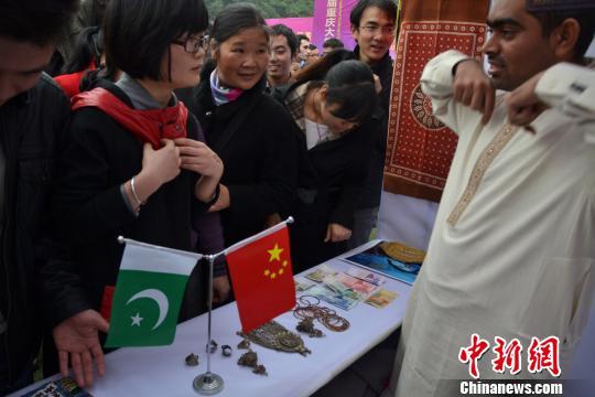 重庆大学国际文化节开幕96国洋学生比拼十八般武艺