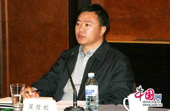 中共中央直属机关团工委副书记、中直青联主席吴佳松在座谈会上认真聆听各位与会代表发言。中国网 傅阳 摄