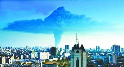 本报讯(通讯员荆轩)昨天下午3点左右,荆州市沙市区盐卡下游一码头工业萘堆场发生火灾,当地消防花了近3个小时将火情扑灭,事故未造成人员伤亡。