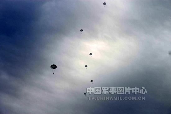 资料图:中国空降兵训练