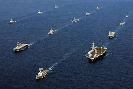 美日26艘军舰组成的舰队在东海航行