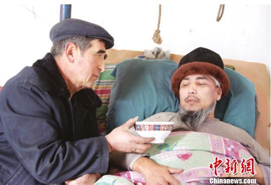 新疆归侨子女因公瘫痪工友照料18年(图)