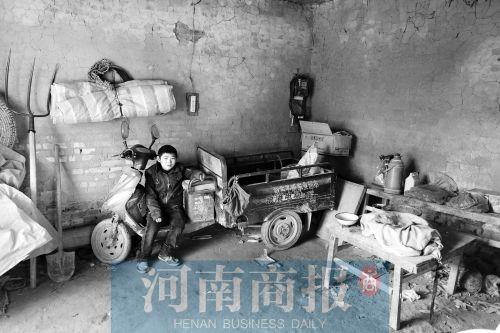 12月5日,听人说起父亲刘红卫的事儿,刘春节坐在角落里默默哭泣。这哭,是因为父亲的离世,或许还因为他想到未来时的茫然无助