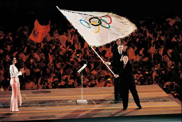 2004年8月30日,王岐山在雅典奥运闭幕式上接过奥运旗.新华社发迪亚多纳网球鞋图片